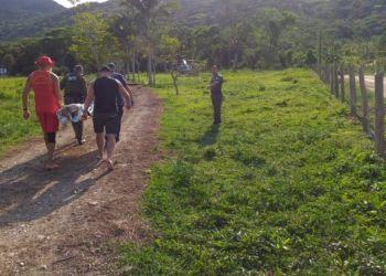 Jovem cai de cachoeira de 15 metros e fica ferido em Itapoá